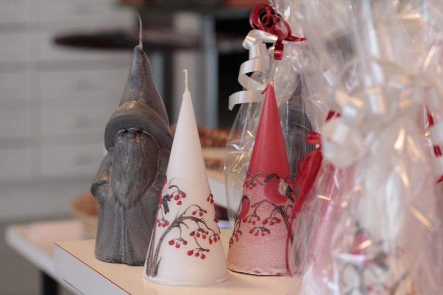 Kuvassa museokaupassa myynnissä olevia kynttilöitä.