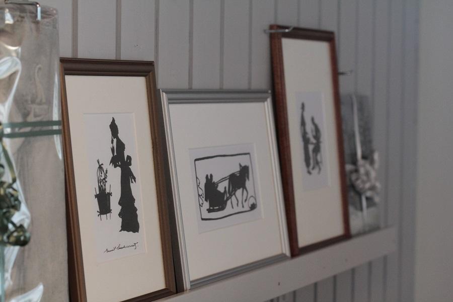 Kuvassa museokaupassa myynnissä olevia siluettitauluja.