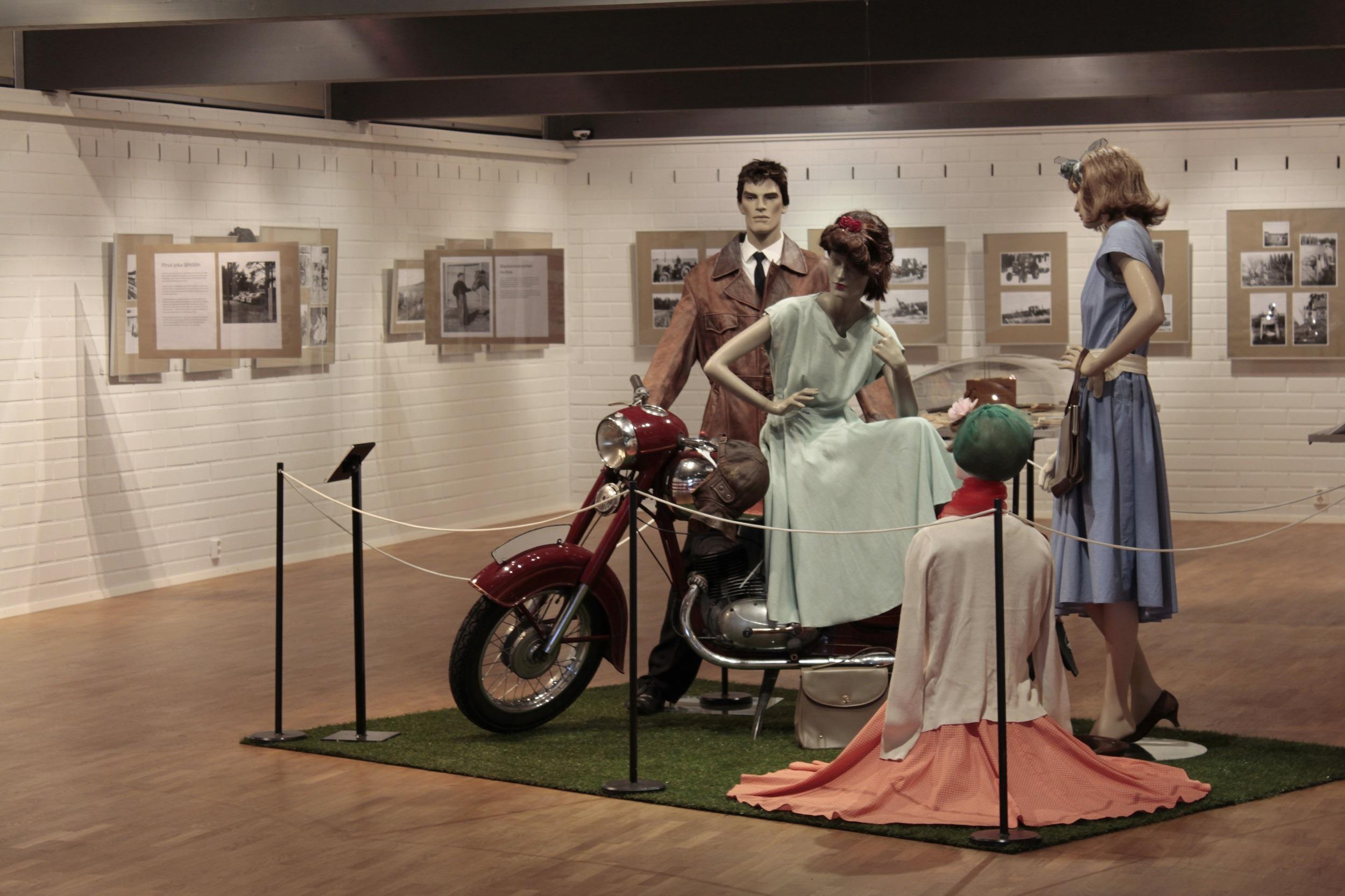 """Yleiskuva Harjulan Kilta ry:n valokuvanäyttelystä """"Koko pitäjä rakennettiin sit uudestas - Valokuvia 1950-luvun Harjavallasta"""" Emil Cedercreutzin museossa vuonna 2015."""