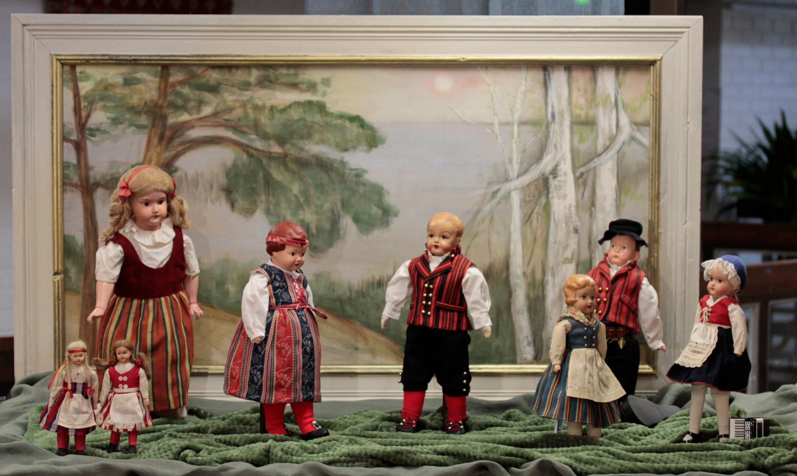 Kansallispukuisia Martta-nukkeja näyttelyssä Rakas Martta - Elämäni nukke. Kuva: Emil Cedercreutzin museo.