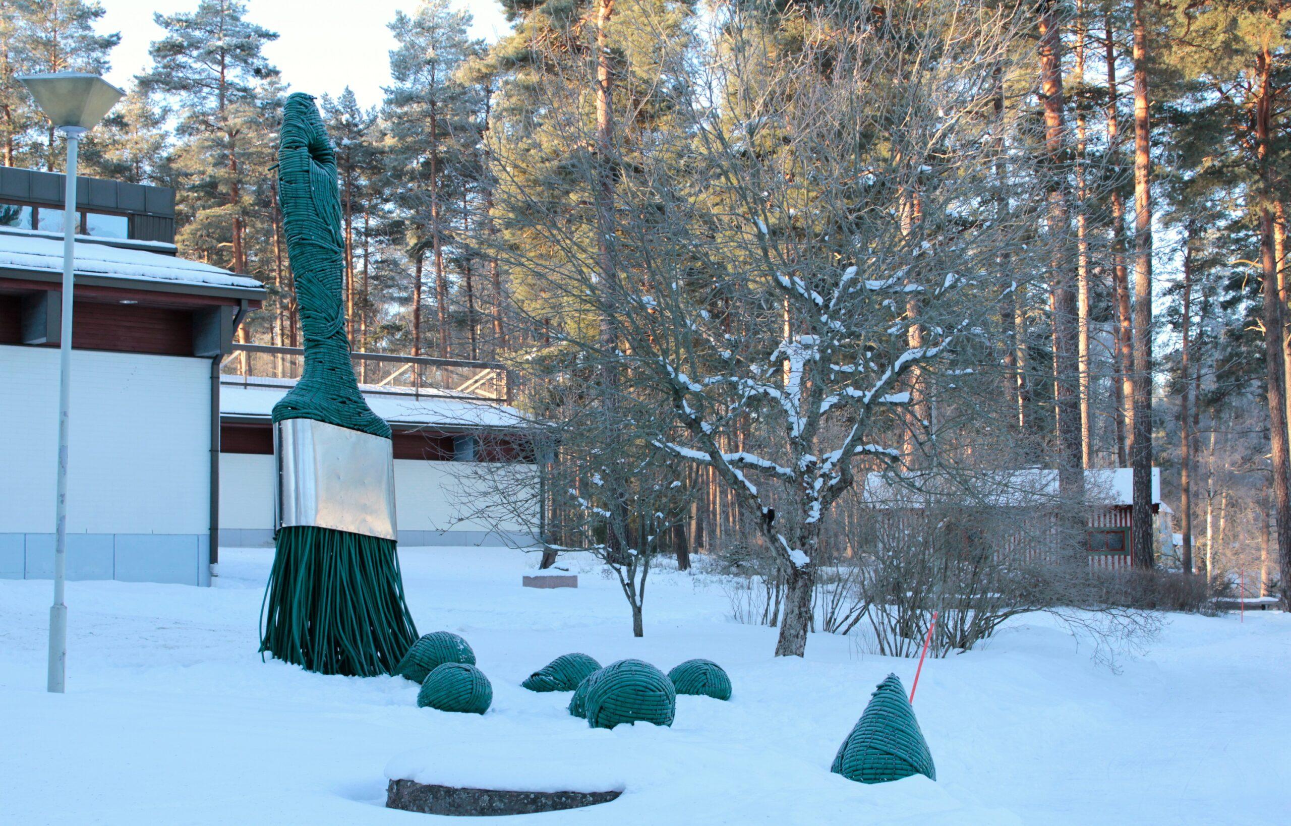 Yksi VUO-näyttelyn teoksista löytyy myös museon sisäpihalta. Kuvassa Tapio Haapalan teos W!. Kuva: Emil Cedercreutzin museo.