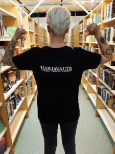 Karman verran parempi -paita mustana valkoisella logolla