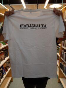 Karman verran parempi -paita valkoisena mustalla logolla