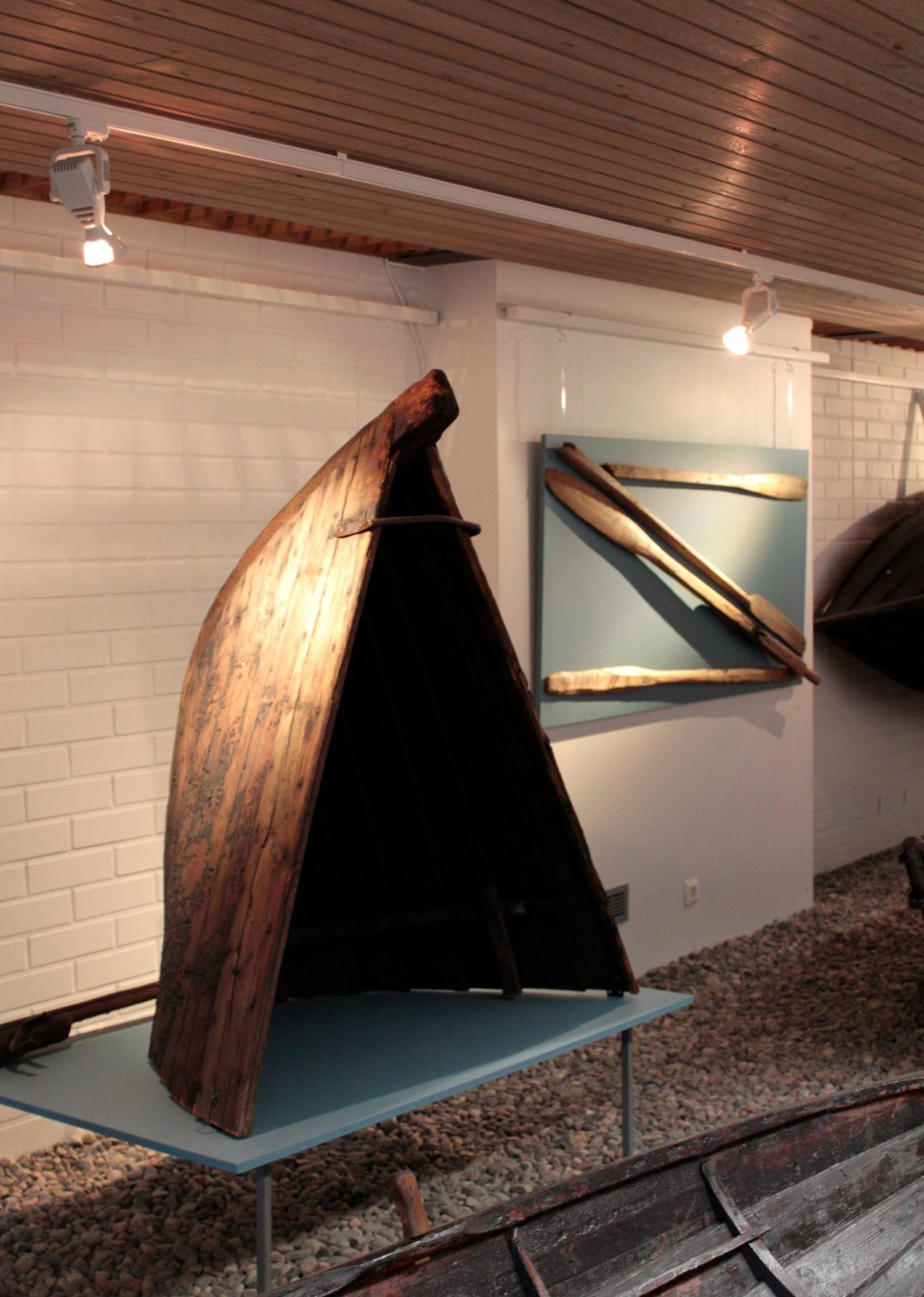 Kuvassa museon toukokuun kuukauden esine, Maahengen temppeliin kuuluva vanhan veneen osa.